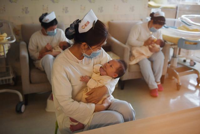 圖為中國北京一家嬰兒護理中心。(GREG BAKER/AFP via Getty Images)