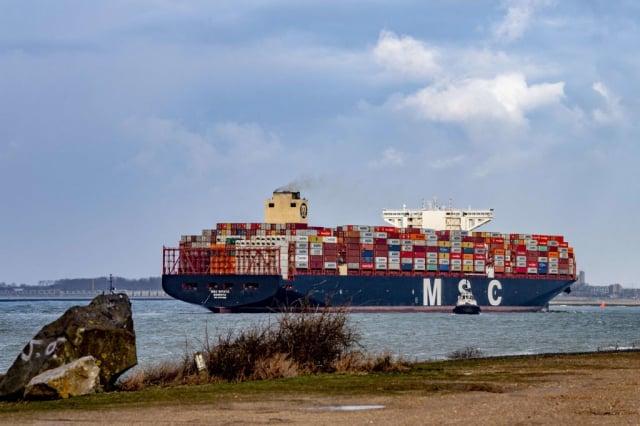 蘇伊士運河的堵塞問題解決後,全球許多港口的到貨量暴增。圖為4月7日抵達荷蘭鹿特丹的貨櫃輪。(ROBIN UTRECHT/ANP/AFP via Getty Images)