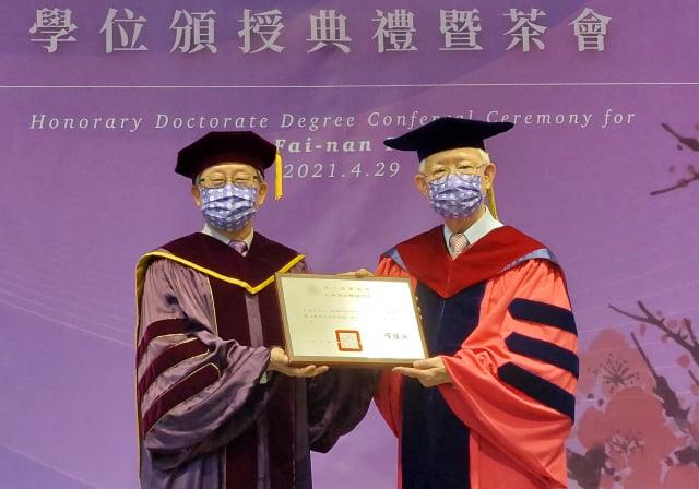 校長賀陳弘(左)頒授國立清華大學名譽博士獎牌給中央銀行前總裁彭淮南。