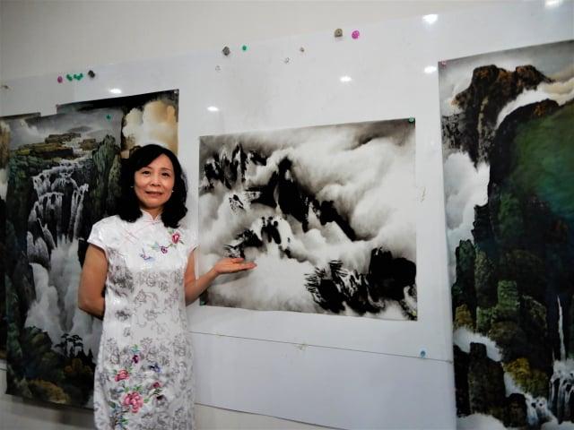 畫家廖涵茵「墨染―水色雲山」水墨創作個展,首次個展於豐原、太平兩地同時開展。(記者黃玉燕/攝影)