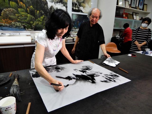 台中市女畫家廖涵茵於展前記者會中現場揮揮毫。