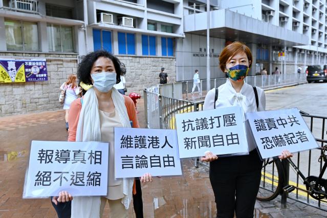 4月27日,香港《大紀元》記者梁珍(右)與發言人吳雪兒(左)到旺角警署報案。(記者宋碧龍/攝影)