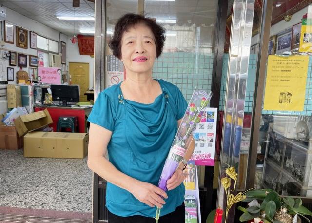 78歲的林劉貴媛至今仍常閱讀、買書,養育3名子女有成。(邱素貞議員服務處提供)