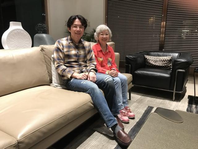 現年72歲的詹淑娥女士與兒子陳善壽。(攝影/朱孝貞)