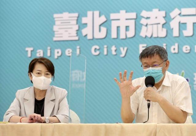 臺北市長柯文哲(右)3日舉行臺北市防疫記者會表示,防疫措施隨時保持滾動式修正,有問題才會升高防疫層級。(中央社)