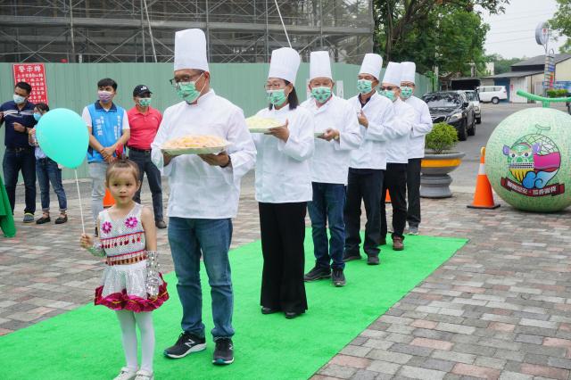 記者會鄉長李泓儀、副縣長謝淑亞和與會來賓一起為洋香瓜料理走秀。