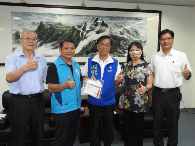 潤輝董事長郭進安(左2)捐贈心臟電擊器(AED)用貼片110組,南投縣長林明溱(中)上午在縣長室代表縣府受贈。