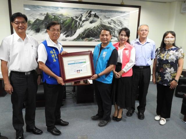 南投縣長林明溱(左2)回贈潤輝公司代表郭進安(左3)感謝狀和紀念品。