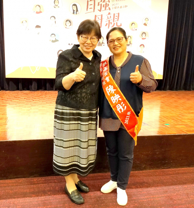 家扶基金會執行長何素秋(左)與全國自強母親陳映彤(右)合影。(陳建霖提供)