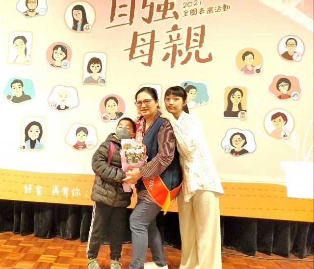 家扶基金會全國自強母親陳映彤(中)與孩子合影。(陳建霖提供)