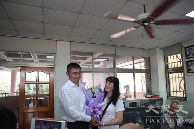 曾子濬靦腆的向他母親獻花感恩。
