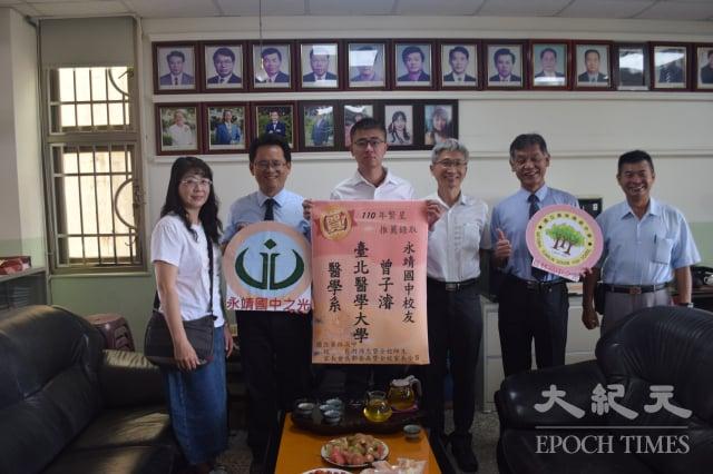 員林高中校長游源忠(右2)親赴永靖國中貼紅榜。(記者謝五男/攝影)