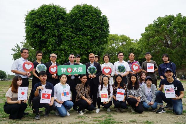 大葉大學邀請境外學生一起參加愛心樹感恩活動。(大葉大學提供)