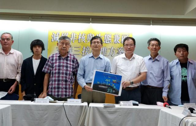 前環保署副署長、本全律師事務所律師詹順貴(左4)4日邀集學者、地方代表共同舉行「減煤、非核與生態兼顧支持三接外推方案」記者會。(中央社)