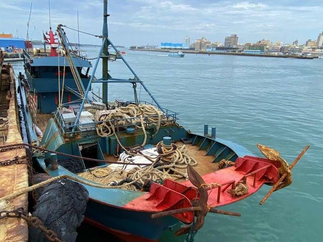 澎湖海巡隊3日晚間查扣越界的中國籍漁船「粵南澳漁31030」,船上有500公斤漁獲,人船一併押返查處。(澎湖海巡隊提供)