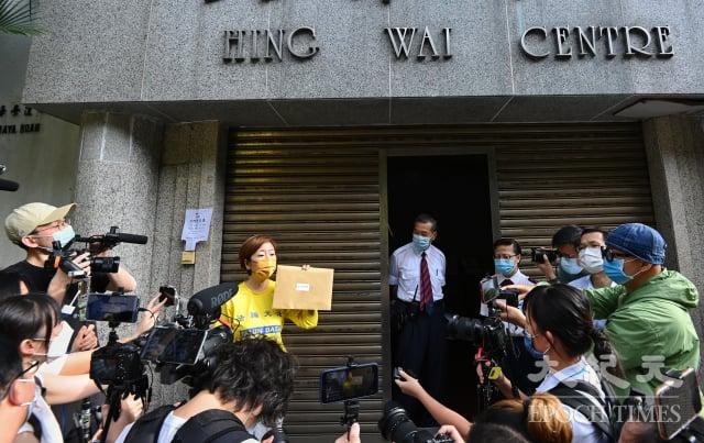 5月3日,香港法輪佛學會會長梁珍(黃衣者)到《大公報》位於香港仔的總部抗議並遞信,強烈譴責《大公報》捏造事實,要求《大公報》撤銷誣衊文章,並公開道歉。多家傳媒到場報導。(記者宋碧龍/攝影)