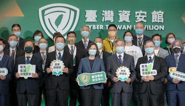 總統蔡英文(前排中)5月4日出席臺灣資安大會開幕。(總統府提供)