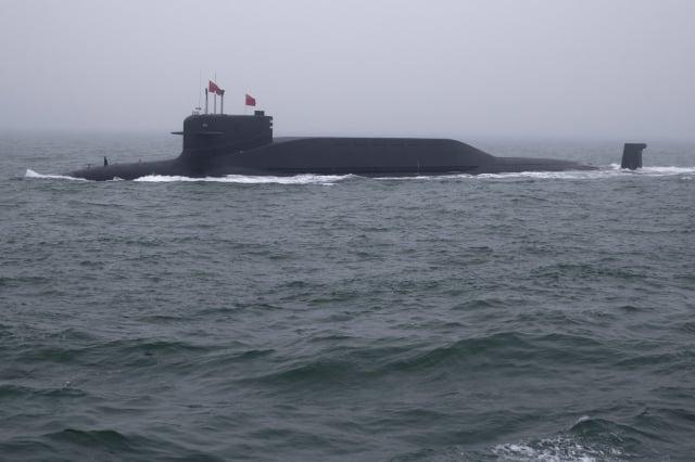 4月23日,中共海軍南海艦隊接收三艘主戰艦艇入列,其中的戰略飛彈核潛艇上裝備潛射彈道飛彈。圖為中共094型戰略核潛艦。(Mark Schiefelbein/AFP)