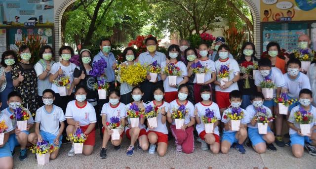 屏東縣政府在縣內56所學校推動花藝美學教育,紮根校園花卉推廣。(屏東縣政府提供)