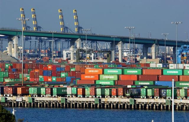 美國商務部5月4日表示,美國3月貿易逆差上升至744億美元,再創歷史新高。圖為美國加州長灘港口的貨櫃。(David McNew/Getty Images)