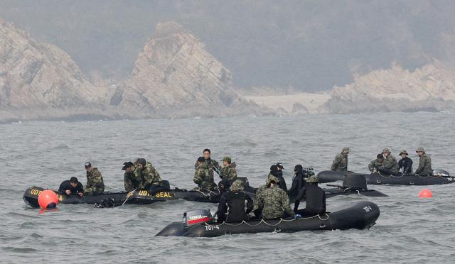 以間諜活動著稱的韓國白翎島,近來受到越來越多中國船隻和戰艦的侵擾。圖為2013年韓國海軍在白翎島附近進行搜救。(AHN YOUNG-JOON/AFP via Getty Images)
