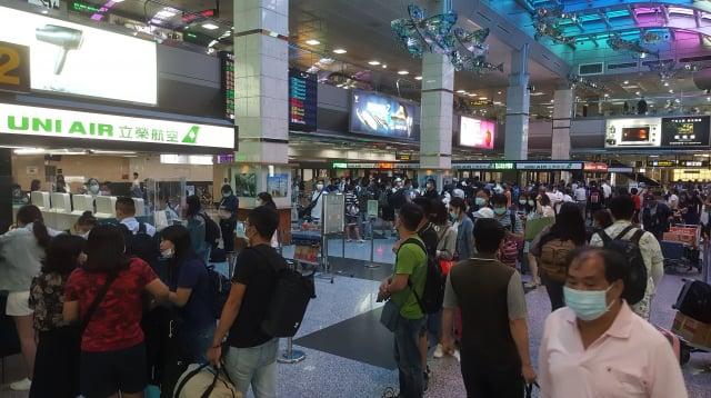 馬公航空站5日表示,受到戰鬥機降落偏離跑道,滑入草皮影響,機場一度關閉,共影響有5個航班取消,8個班次延誤。(中央社)
