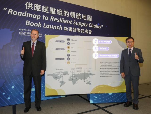 供應鏈重組的領航地圖新書發表記者會6日在臺北國際會議中心舉行,貿協董事長黃志芳(右)與美國在台協會(AIT)處長酈英傑(Brent Christensen)(左)等 人出席與會,並與新書特點合影。(中央社)
