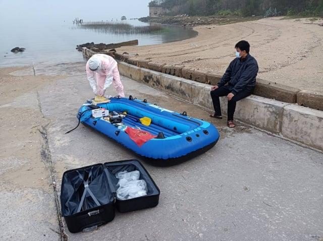 金門岸巡隊6日表示,中國籍江姓男子以無動力橡皮艇划槳方式非法入境,這是5天內第2起中國人士企圖以偷渡方式闖關。(金門岸巡隊提供)