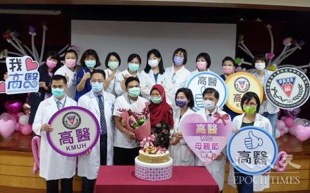 高醫婦產部為初為人母的印尼籍娜娜(前排右四)和夫婿(前排左三)提前歡度母親節。(記者方金媛/攝影)