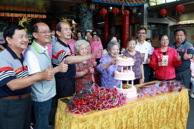 高齡九十八歲林阿款阿嬤代表切蛋糕。