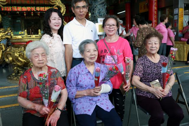 高齡九十八歲林阿款(前排中)阿嬤使用珍珠膏近60年了。