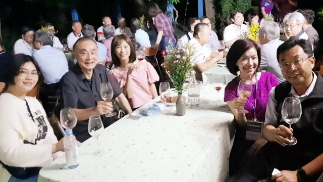 金玉湖酒莊主人廖立興帶領團員品味在地葡萄酒及窯烤麵包。
