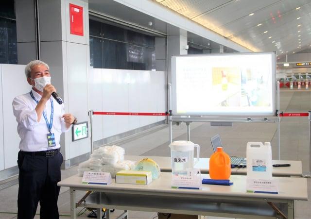 臺中捷運公司林志盈董事長簡報捷運防疫情形,強調捷運車站內各項旅客接觸的設備,將以漂白水進行4小時消毒一次。