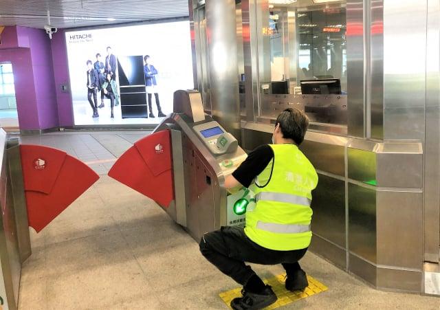 臺中捷運車站包括自動售票機、閘門、電扶梯、手扶手、電梯內外部,將以濃度1:100的漂白水進行擦拭與消毒。