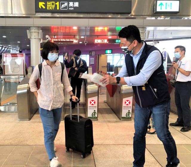 5月7日交通局長葉昭甫前往臺中捷運高鐵臺中站向民眾宣導相關防疫政策,並致贈來搭乘捷運的民眾防疫口罩。