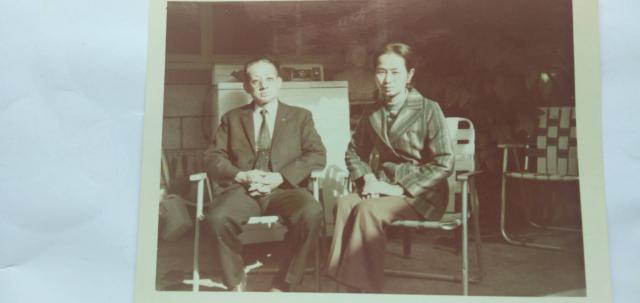 民國64年張瓊月老師與丈夫王延壽攝於家中。(王啟光提供)