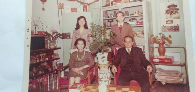 民國64年張瓊月老師(前左)與丈夫王延壽(前右)、長子王啟光(後右)、次女王熙媛(後左)攝於家中。(王啟光提供)