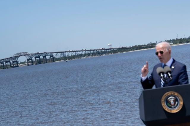 美國總統拜登在路易斯安那州10號州際公路附近的卡爾卡修河畔(Calcasieu River)談論基礎設施和就業。(BRENDAN SMIALOWSKI/AFP via Getty Images)