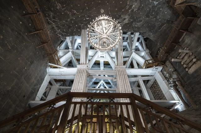 維利奇卡鹽礦是波蘭最熱門的旅遊景點,有著用鹽雕鑿而成的宏偉廳堂、地下鹽湖和獨一無二的雕塑。(維利奇卡鹽礦提供)