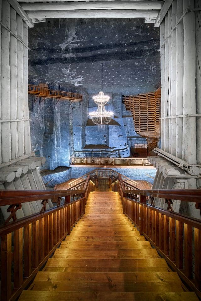 牆面上的裝飾、地板、天花板、吊燈和祭壇等,都是由鹽雕刻而成。(維利奇卡鹽礦提供)