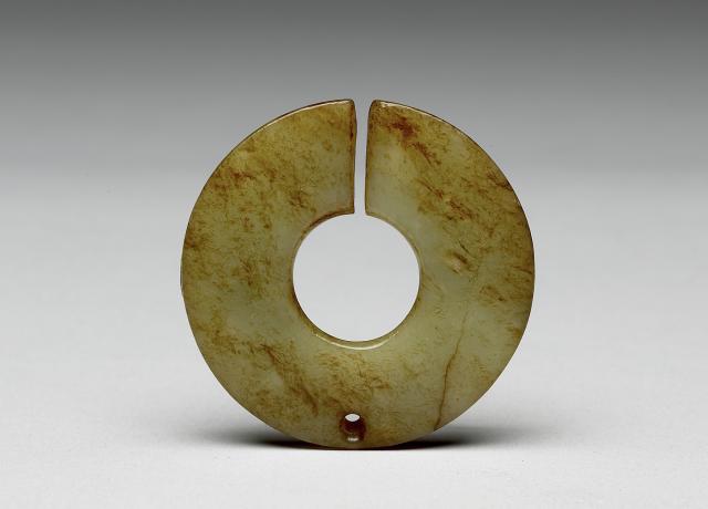 良渚文化早期玉玦耳飾。(國立故宮博物院提供提供)