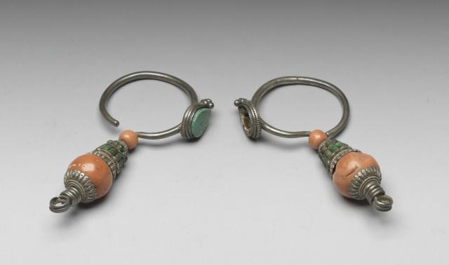 清 十八世紀 銀嵌珊瑚松石耳環一對。(國立故宮博物院提供提供)