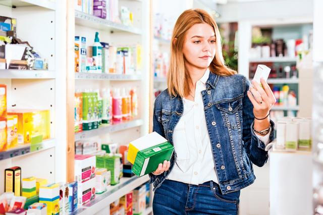 正值母親節前夕,各大電商通路都在大力促銷照護媽媽健康的保健食品,在選擇時一定要看清楚產品標示,選擇有合格品質認證的產品,並在有信譽的通路購買才有保障。(Shutterstock)