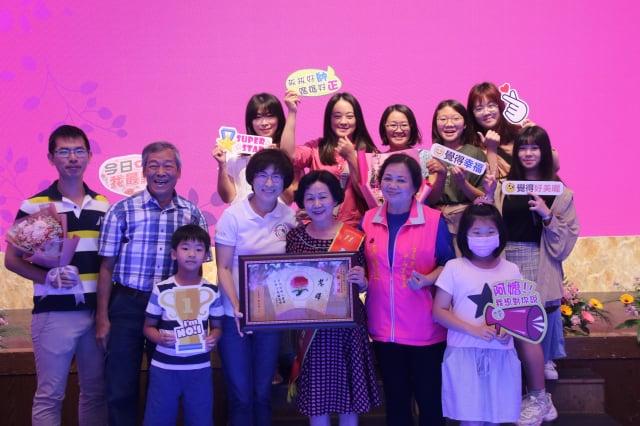 台東縣政府8日表揚台東各鄉鎮的模範母親代表。(臺東縣政府提供)