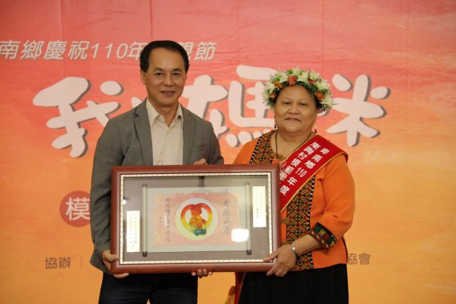 卑南鄉東興村模範母親羅美玉照顧家庭並堅持刺繡工藝,曾獲選第六屆臺灣工藝之家。