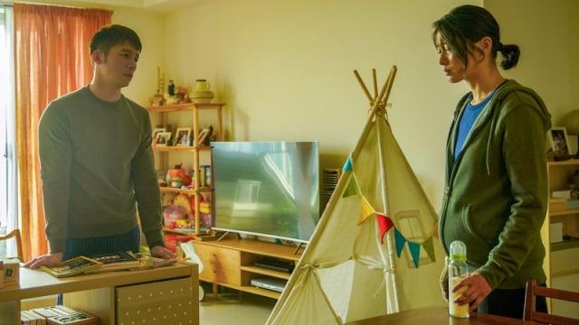 溫昇豪(左)劇中因工作與妻子爭執不斷。(公共電視、myVideo提供)