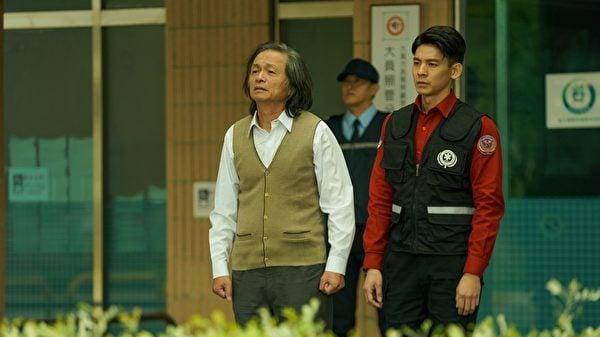 林志儒(左)在《火神》中,飾演改變心意器官捐贈的父親。(公共電視、myVideo提供)