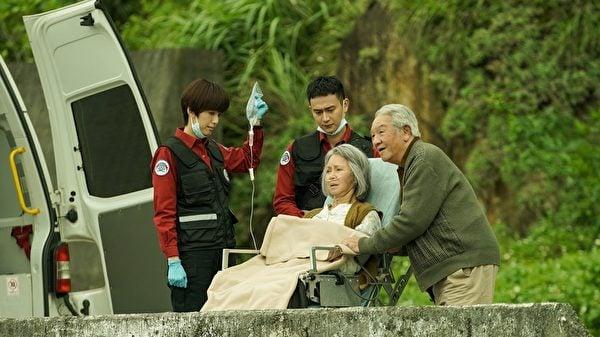 丁強(右一)、李璇(右二)特別客串感情深厚令人動容的老夫婦。(公共電視、myVideo提供)