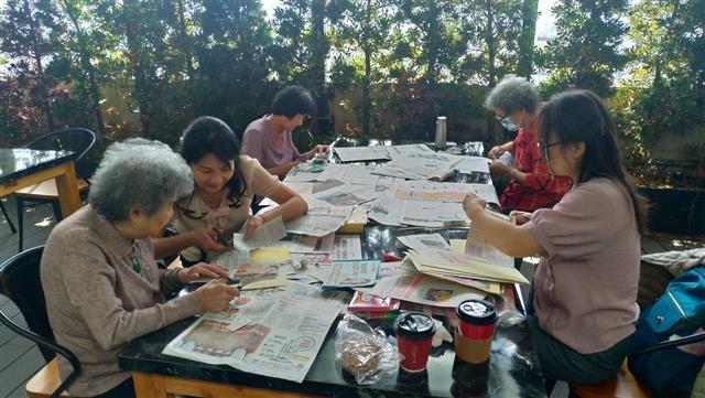 一群年長者在合勤共生宅透過讀報,在彼此心得分享交流中找回以前傳統的互動生活樂趣。(合勤共生宅提供)