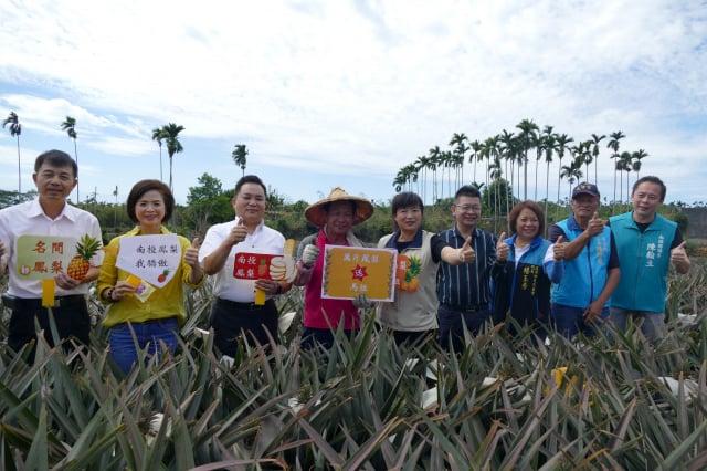 參與萬斤鳳梨送馬祖的來賓在鳳梨田間合影。